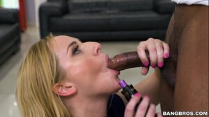 Mulher comendo o pau do negão no boquete