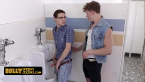 Gays novinhos no banheiro fazendo sexo forte