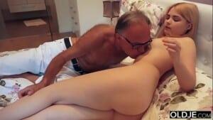 Homem idoso adora foder a filha novinha de sua esposa