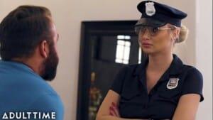 Homem pego se masturbando fodeu com uma policial