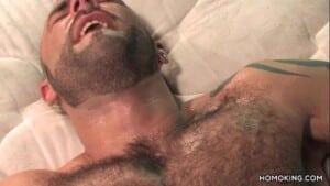 Homens musculosos e peludos fazendo sexo