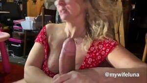 Incesto tia safada chupa o pau grande do sobinho na webcam