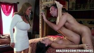 Mãe gostosa pega marido comendo sua filha novinha