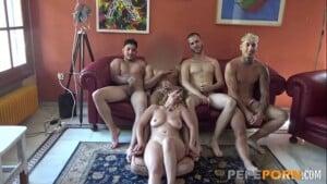 Mulher safada na orgia dando pra vários sem camisinha
