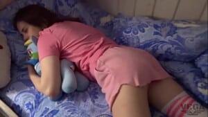 Pai não resiste a filha novinha gostosa dormindo