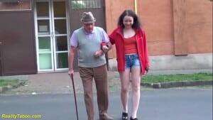 Velho fodendo sua neta novinha de 18 anos