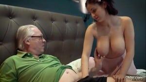 Neta de peitos grandes dando pro seu avô safado