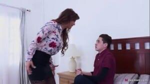 Novinho fodendo sua mãe rabuda e gostosa em casa