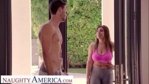 Sexo dentro do banheiro com novinha peituda safada