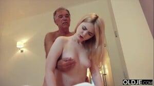 Velho tarado no pornô fodendo sua neta safada